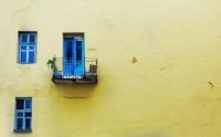 Желто-синяя стена